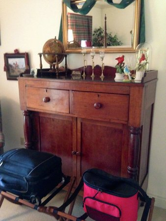 Blackridge Hall Bed and Breakfast: Antique dresser in The Fox and Hound Room