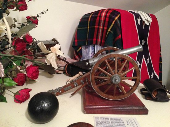 Blackridge Hall Bed and Breakfast: Civil War decor in A Tribute to the Blue and Gray Room
