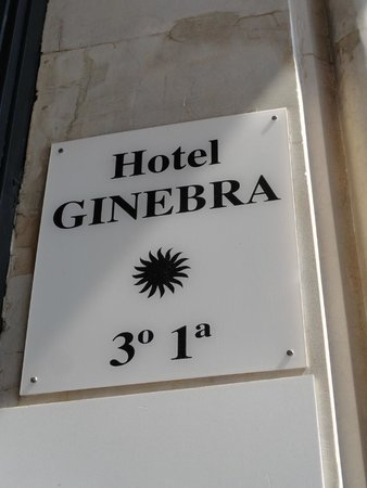Hotel Ginebra: Signage on the side of the door (entrance)