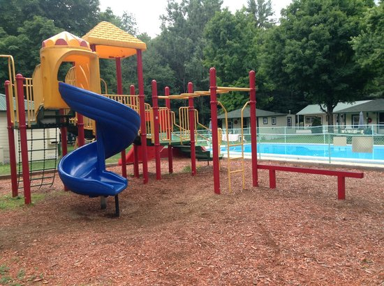Perry's Motel & Cottages: The playground & pool