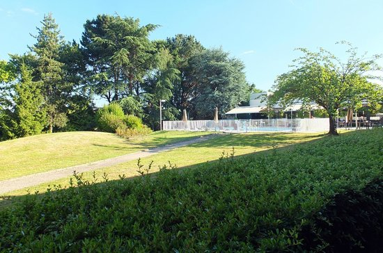 Novotel Nantes Carquefou : le jardin et la piscine vus de la chambre