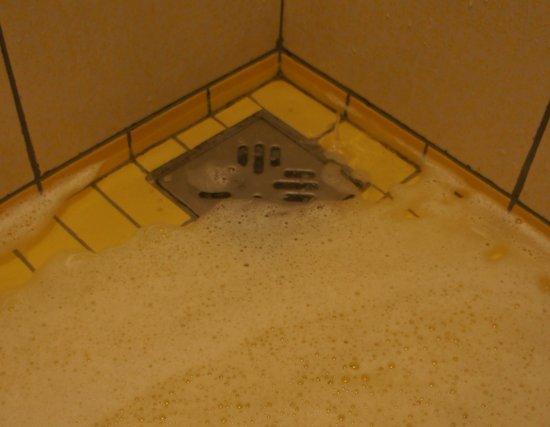 Rixos Sungate: clogged shower drain flood