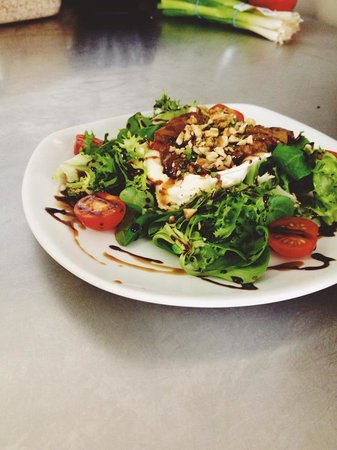 Green Leaf Cafe Torquay: Caramelized pear and goats cheese salad topped with walnuts and herbs