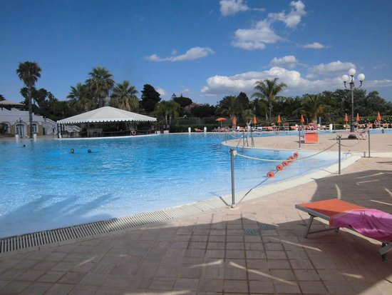 Blu Hotel Kaos: bellissima e immensa la piscina