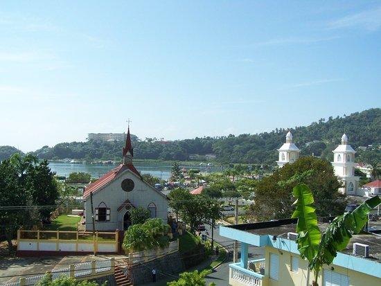 De nombreuses églises dont l'Église Evangélique, Santa Barbara de Samana