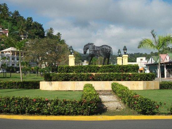 Le rond-point situé près du Pueblo Principe, Santa Barbara de Samana