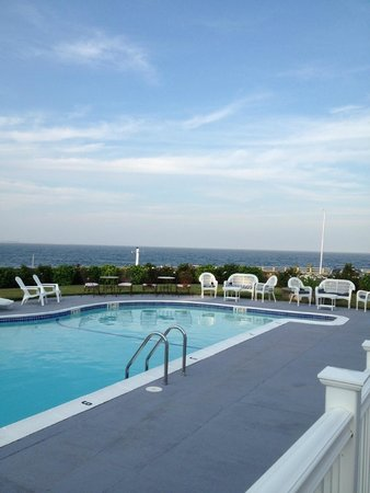 Gloucester Inn by the Sea: Pool with the view!