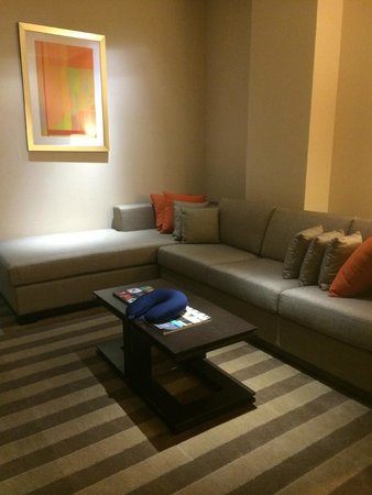 EB Hotel Miami Airport: Living