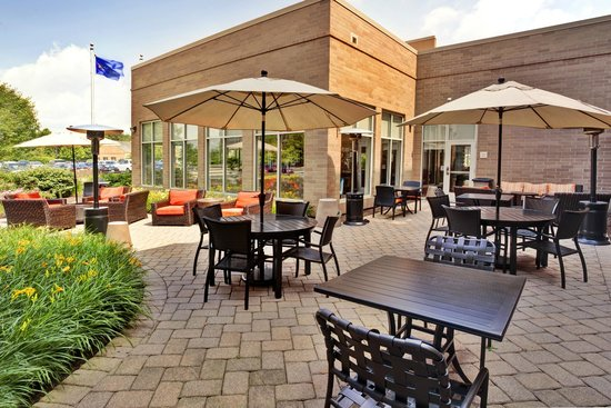 Hilton Garden Inn Lake Forest Mettawa: Outdoor Patio