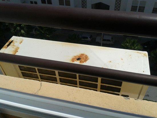 Hotel Atismar : rusty air conditioner