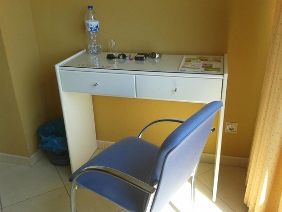 Hotel Atismar : desk and chair
