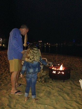 Montauk Yacht Club Resort & Marina: Making s'mores at the beach bonfire.