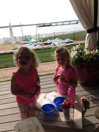 Montauk Yacht Club Resort & Marina: Breakfast on the deck.