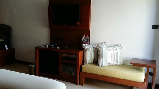 Deevana Plaza Krabi Aonang: Couch in the room