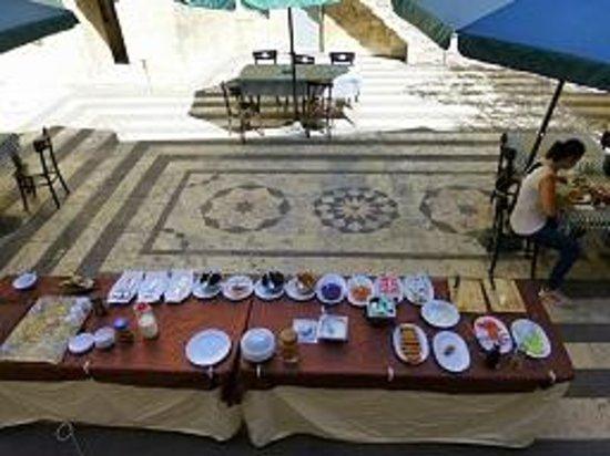 Anadolu Evleri: Breakfast in the Courtyard