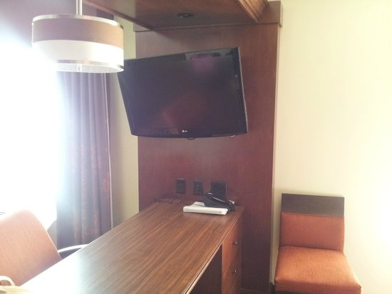 Hampton Inn & Suites Fargo: TV rotates full 180 to have viewing from couch or bed
