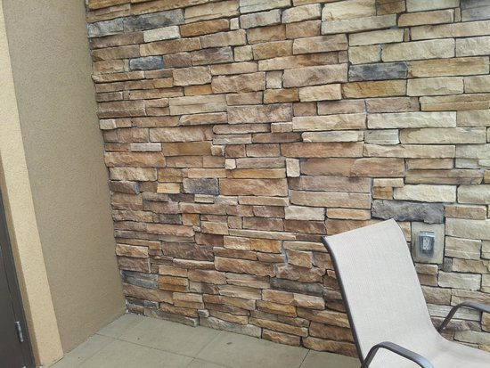 Hampton Inn & Suites Fargo: Rock feature on Balcony privacy wall