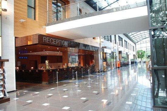 Maritim Hotel Düsseldorf: Front desk