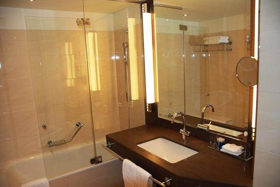 Maritim Hotel Düsseldorf: Spotless bathroom