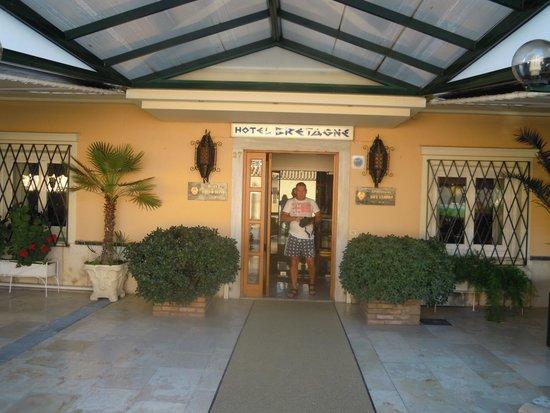 Hotel Bretagne: front door