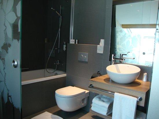 PURO Krakow Stare Miasto: Very comfortable and bright bath room with underfloor heating