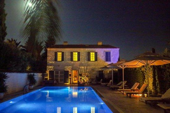 BeyEvi Hotel : court yard at night