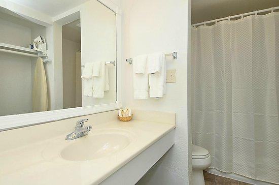 Sea Ranch Resort: Oceanfront Bathroom