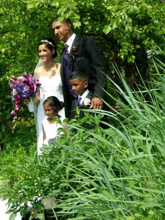 Edwards Gardens : Wedding parties come for pictures
