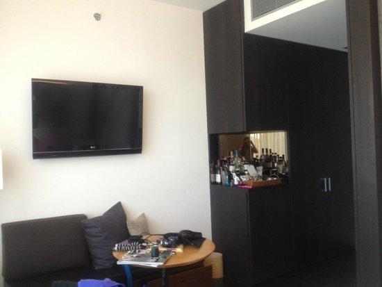 The James New York : TV and Mini Bar