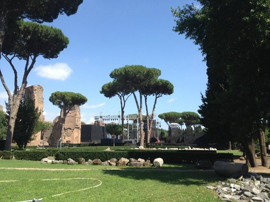 Thermes de Caracalla : View of the ruins from the garden