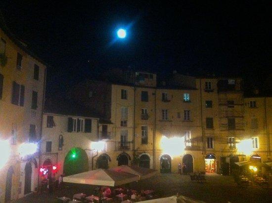B&B Arena di Lucca: Prospettiva notturna su P.zza Anfiteatro
