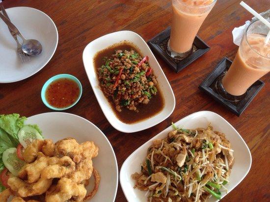 Poo Nurntong Restaurant: Battered fish fried in butter, basil chicken/pork & phad thai. Yummy & value for money.