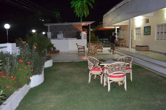 Hotel Karnavati: garden area