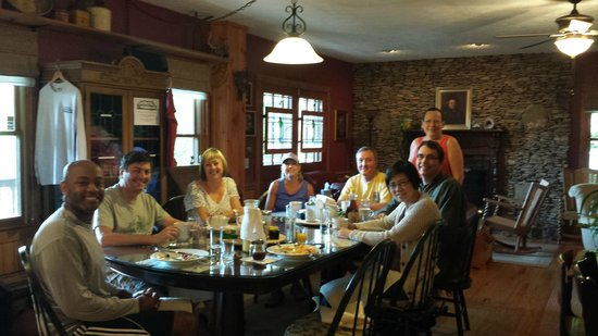 Aska Lodge B&B : Breakfast with our new friends