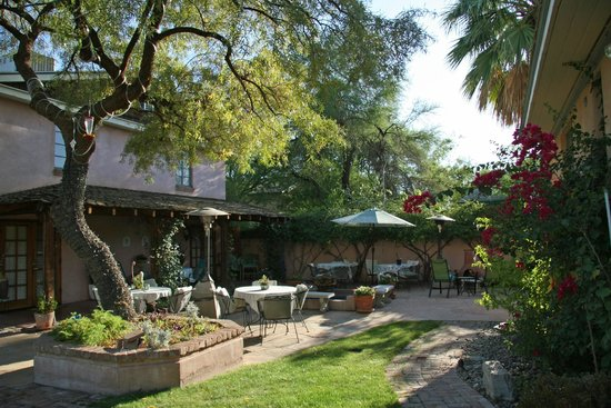 Peppertrees Bed & Breakfast Inn: breakfast in the garden