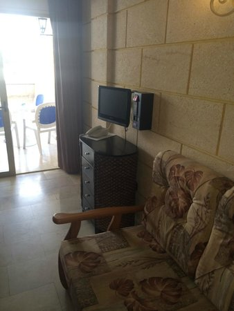 Las Piramides : The tv and phone in the room