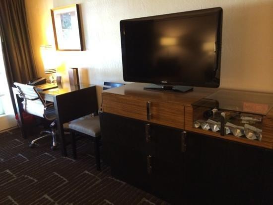 The Scott Resort & Spa: Desk and Tv