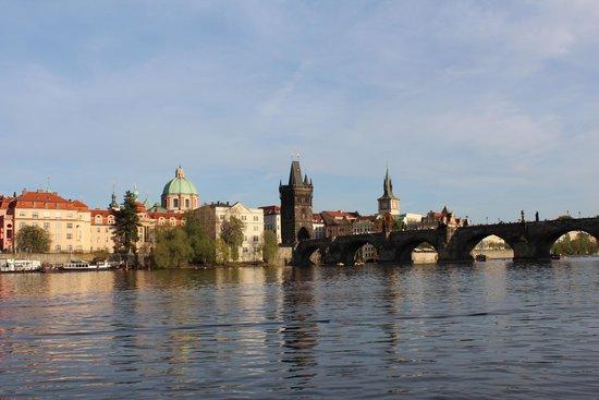 Hotel Leonardo Prague: Карлов мост