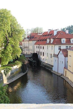 Hotel Leonardo Prague: Через мост от отеля!