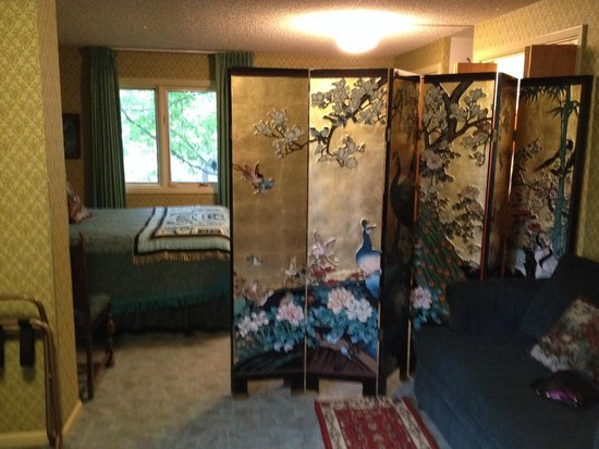 Big Bear Bed & Breakfast : screen separating