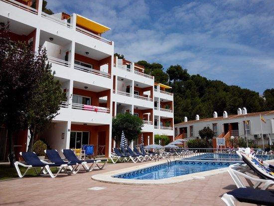 Apartamentos Cala Galdana: vista de la piscina