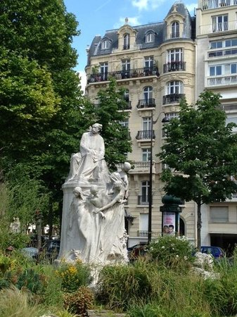 Ricki Stevenson's Black Paris Tours: Monument to Dumas