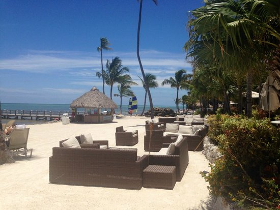 Cheeca Lodge & Spa: Cool lounge area with bar near by