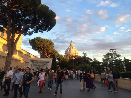 Musées du Vatican : The elements conspired to give an unforgettable evening sky as a back drop