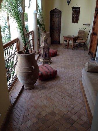 Riad El Youssoufi: Terrazzino davanti la camera Amarillo