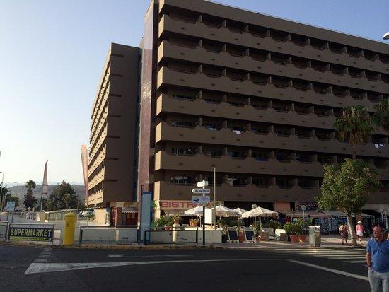 IFA Continental Hotel: So sieht aus von außen aus :) Nach hinten berge und nach vorne das Meer