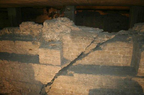Praetorium : Foundation wall showing crack caused by earthquake