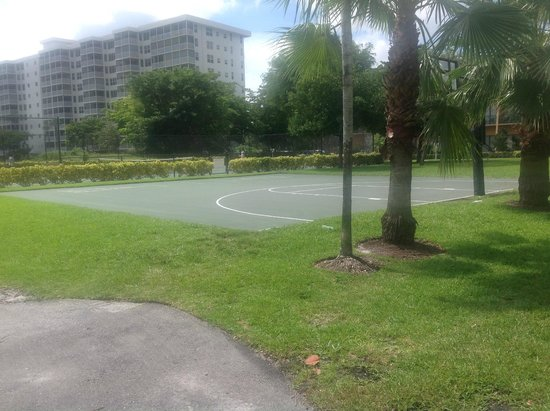 Wyndham Palm-Aire: Basketball shuffle board courts