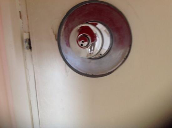 Caleta Hotel: cracks on the door