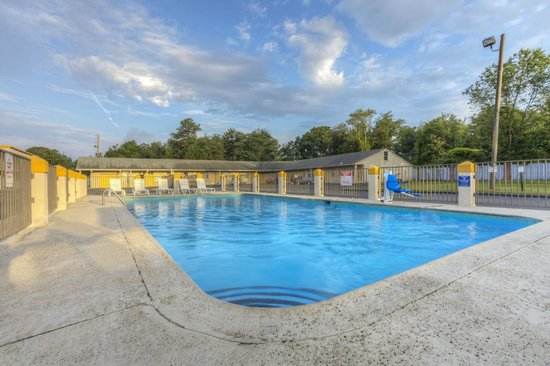 Econo Lodge Byron/Old Macon Rd: Pool With Picnic Area